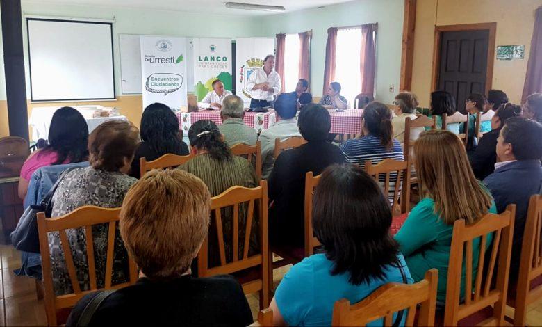 Photo of En Lanco presentaron libro sobre los 50 años de las Juntas de Vecinos en Chile